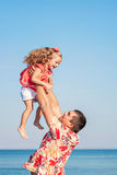 Padre e figlia che giocano insieme alla spiaggia fotografie stock libere da diritti