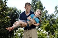 Padre e figlia che giocano nel giardino Fotografia Stock Libera da Diritti