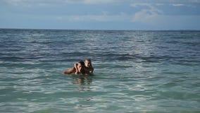 Padre e figlia che giocano nel mare stock footage