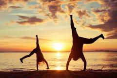 Padre e figlia che giocano sulla spiaggia fotografie stock libere da diritti