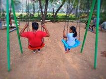 Padre e figlia che godono e che si rilassano immagini stock