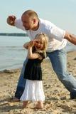 Padre e figlia che guardano s Immagini Stock Libere da Diritti