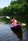 Padre e figlia che kayaking Fotografia Stock
