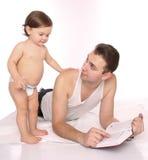 Padre e figlia che leggono un libro Fotografie Stock