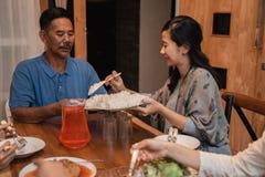 Padre e figlia che mangiano insieme cena immagine stock