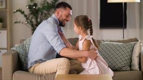 Padre e figlia che solleticano e che si divertono video d archivio