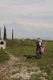 Padre e figlia che vanno in bicicletta Fotografia Stock Libera da Diritti