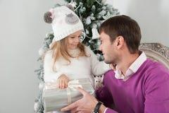 Padre e figlia con il regalo a tempo di Natale Fotografie Stock Libere da Diritti