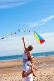 Padre e figlia con l'aquilone sulla spiaggia Immagini Stock