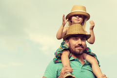 Padre e figlia felici divertendosi insieme fotografia stock