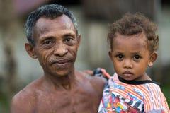 Padre e figlia indonesiani della tribù Fotografie Stock Libere da Diritti