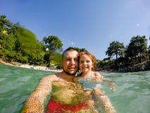 Padre e figlia in mare Fotografia Stock
