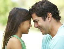 Padre e figlia in sosta Fotografia Stock