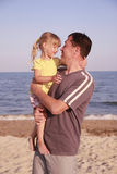 Padre e figlia sulla riva di mare Fotografie Stock Libere da Diritti