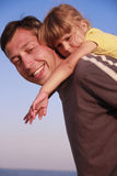 Padre e figlia sulla riva di mare Fotografie Stock
