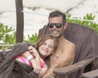 Padre e figlia sulla spiaggia Fotografia Stock