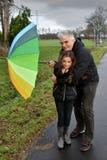 Padre e figlia in tempo tempestoso Immagine Stock