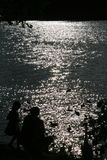 Padre e figlia vicino al lago Immagine Stock