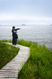 Padre e figlio al litorale atlantico in Terranova fotografie stock libere da diritti