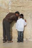 Padre e figlio alla parete lamentantesi Fotografia Stock