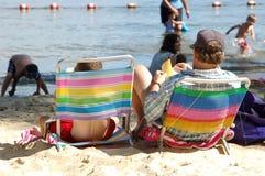 Padre e figlio alla spiaggia Fotografia Stock Libera da Diritti
