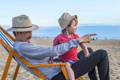Padre e figlio alla spiaggia fotografie stock libere da diritti