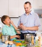 Padre e figlio che cucinano cena Fotografia Stock Libera da Diritti