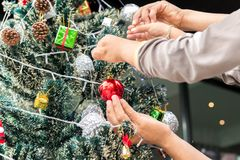 Padre e figlio che decorano l'albero di Natale fotografia stock