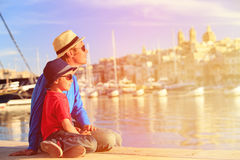 Padre e figlio che esaminano città di La Valletta, Malta Immagine Stock