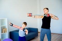 Padre e figlio che fanno allungamento insieme Fotografia Stock Libera da Diritti