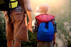 Padre e figlio che fanno un'escursione insieme Fotografie Stock