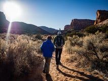 Padre e figlio che fanno un'escursione nel monumento nazionale di Colorado Fotografie Stock Libere da Diritti