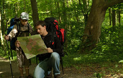 Padre e figlio che fanno un'escursione nella foresta Fotografia Stock