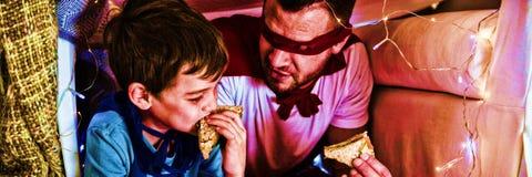 Padre e figlio che fingono di essere supereroe fotografia stock