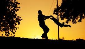 Padre e figlio che giocano al tramonto Fotografia Stock