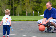 Padre e figlio che giocano con la sfera Fotografie Stock Libere da Diritti