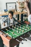 Padre e figlio che giocano estrattore a scatto fotografie stock libere da diritti