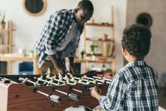 Padre e figlio che giocano estrattore a scatto immagine stock libera da diritti