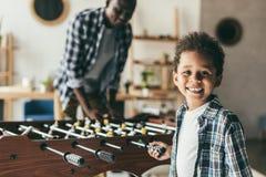 Padre e figlio che giocano estrattore a scatto fotografia stock