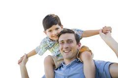 Padre e figlio che giocano sulle spalle sul bianco Fotografia Stock