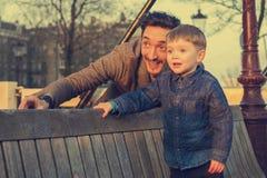 Padre e figlio che guardano insieme il tramonto fotografie stock