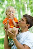 Padre e figlio che hanno divertimento esterno Immagini Stock