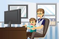Padre e figlio che per mezzo del calcolatore Immagine Stock
