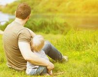 Padre e figlio che riposano sulla natura fotografie stock