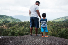 Padre e figlio che stanno sulla montagna Fotografie Stock Libere da Diritti