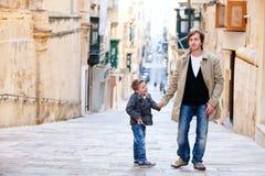 Padre e figlio in città Immagini Stock Libere da Diritti