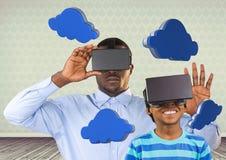 Padre e figlio con la cuffia avricolare di VR nei grafici 3D delle nuvole e della sala Immagine Stock