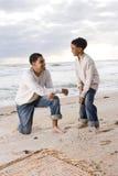 Padre e figlio del African-American che giocano sulla spiaggia fotografie stock