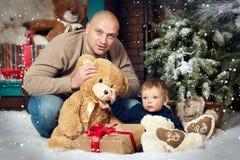 Padre e figlio del ritratto di Natale Immagine Stock