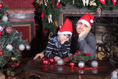 Padre e figlio della famiglia tristi sulla notte di Natale Fotografia Stock Libera da Diritti